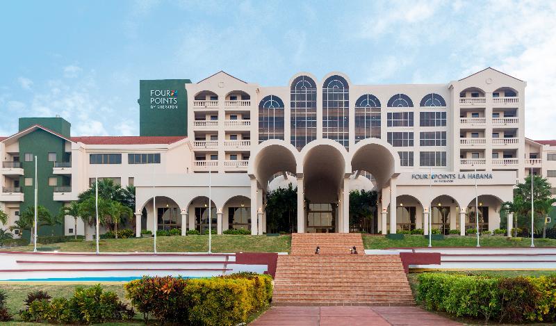 Facade view of the Quinta Avenida hotel
