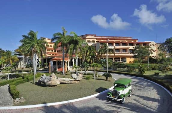 Facade of the hotel Sol Río de Luna y Mares