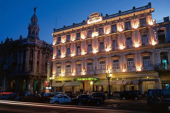 Vista de noche del hotel Inglaterra