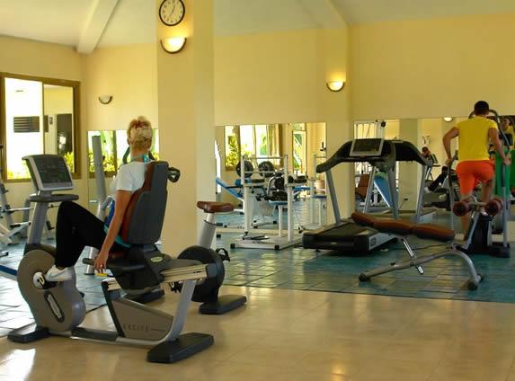 gimnasio con caminadoras y bicicletas estáticas