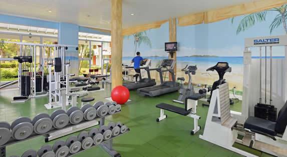 gimnasio con ventanas grandes y luz natural