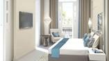 Vista de cama en habitación con balcoón