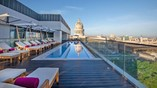 View of rooftop al Brstol with pool and city view