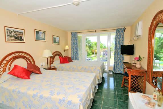 habitación con dos camas y televisión