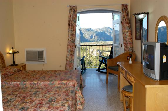 habitación de dos camas con vista a las montañas