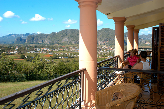 balcón de la habitación con vista a las montañas