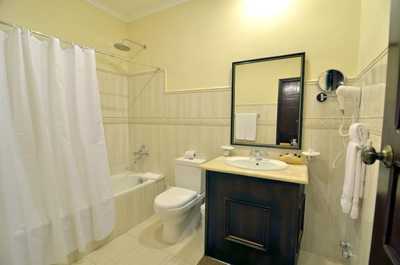 baño de la habitación con bañera