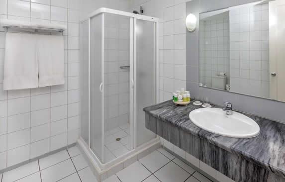 baño de la habitación con ducha