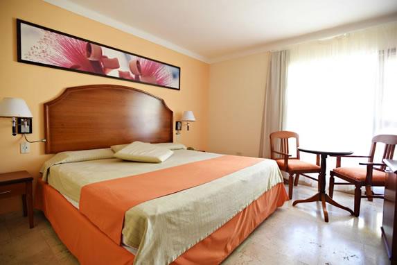 Cama de madera en la habitación del hotel