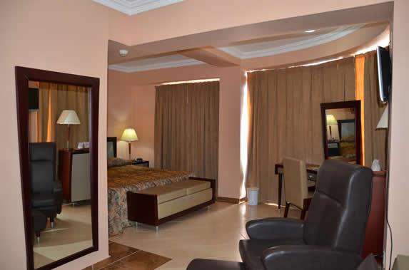 habitación de una cama con sofá y tocador