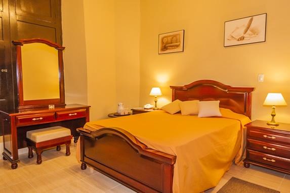 habitación de una cama con mobiliario de madera