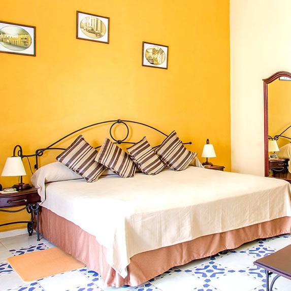 habitación de una cama y mobiliario