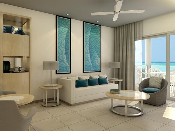 salón de la habitación con balcón y vista al mar