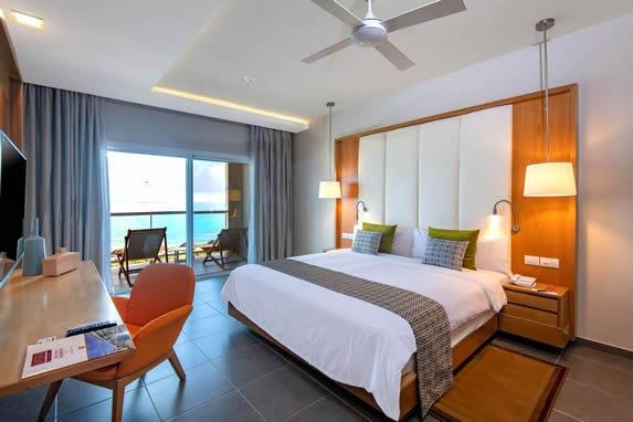 habitación de una cama con balcón y vista al mar