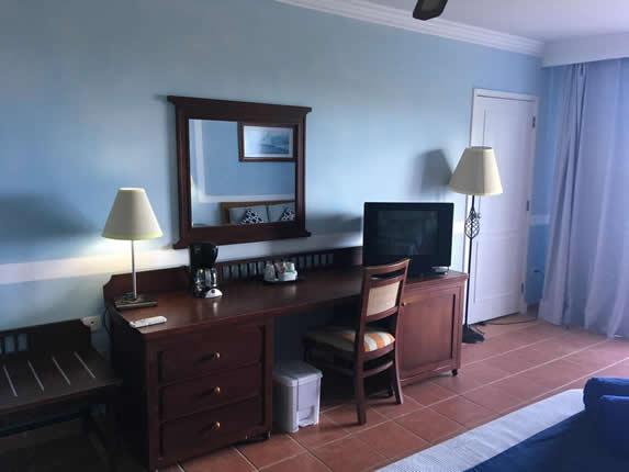 habitación con mobiliario de madera y televisor