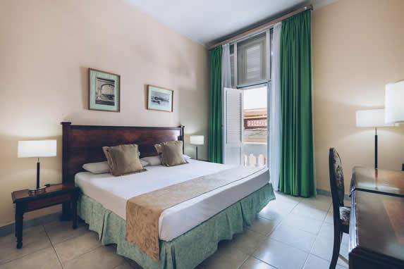 habitación de una cama con balcón con vista