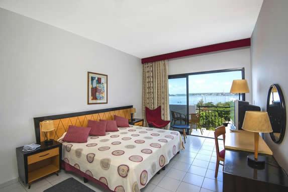 habitación de una cama con balcón y muebles