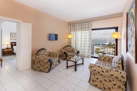 salón de la habitación con sofás y balcón