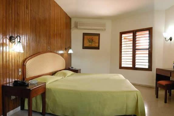 habitación de una cama y mobiliario de madera