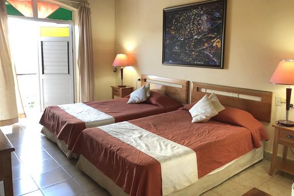 habitación de dos camas con balcón
