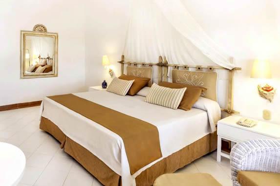 habitación de una cama con mobiliarios