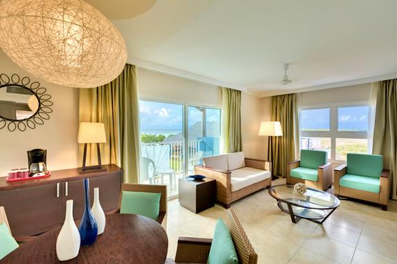 salón de la habitación con balcón