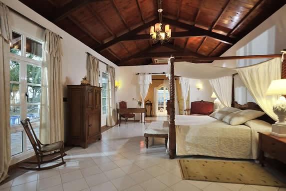 habitación de una cama con techo de madera