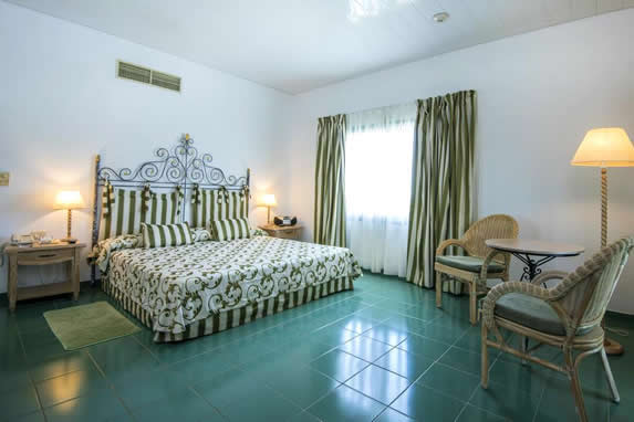 habitación de una cama con cortinas y mobiliario