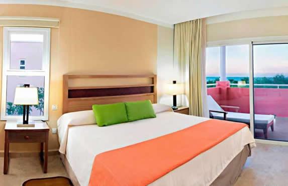 habitación de una cama con balcón
