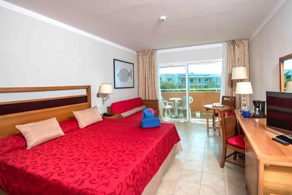 habitación de una cama grande con balcón