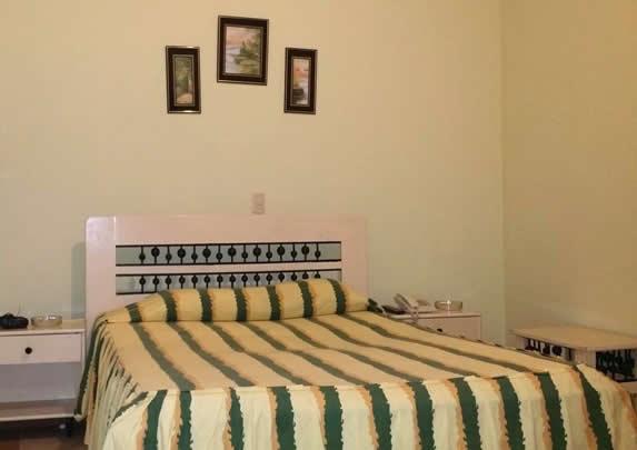 habitación de una cama con mobiliario blanco