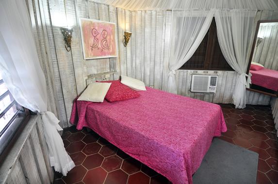 habitación de una cama con paredes de madera