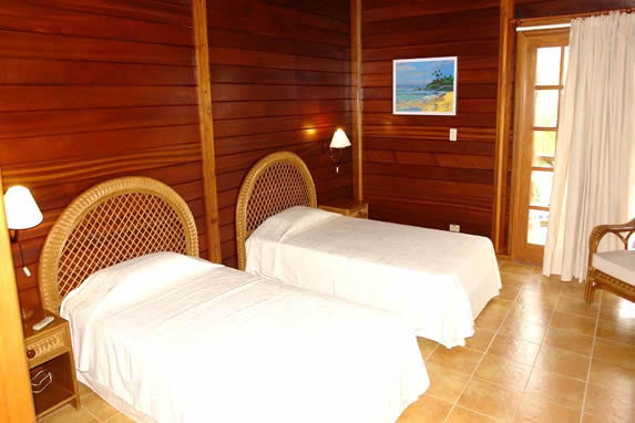 habitación de dos camas con paredes de madera