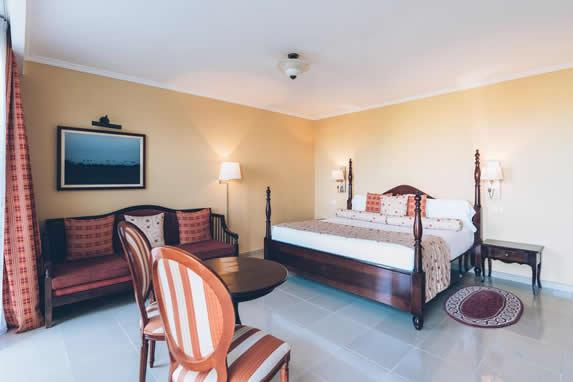 habitación amplia con mobiliairo de madera y silla