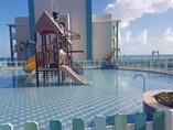 Piscina para niños con area de juego en el agua