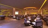 Salón con billar , mesas e iluminacion moderna