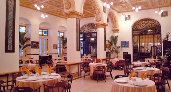 Elegante restaurante en el hotel