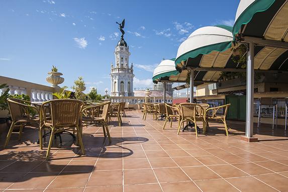 Cafetería en una terraza al aire libre