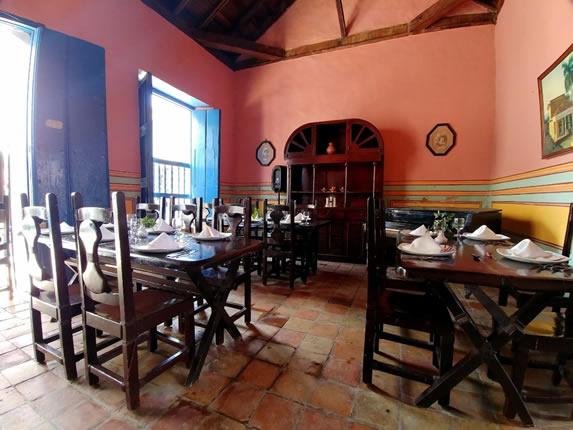 restaurant con mesas y sillas de madera