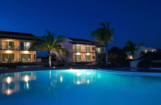 Hotel Sol Cayo Largo piscina por la noche