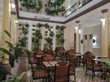 area del hotel con mesas y sillas