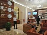 vista amplia del lobby y bar del hotel
