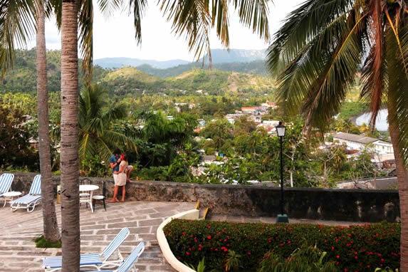 turistas en el jardín del hotel