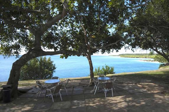 jardín con mobiliario exterior y vista al mar