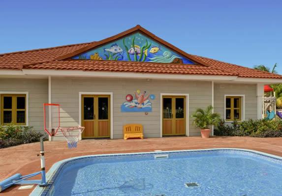 piscina para niños con club de niños detrás