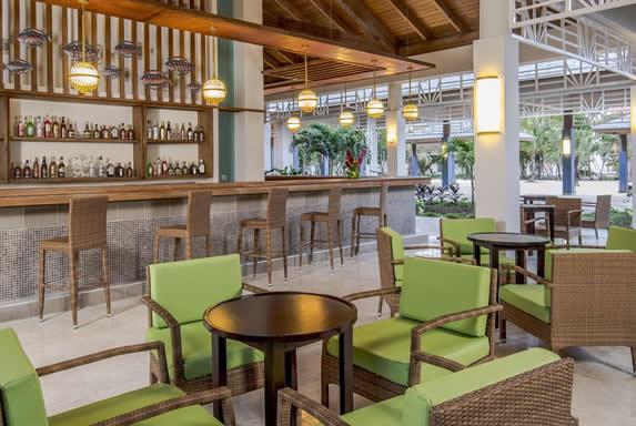 lobby bar con barra de madera y mobiliario de café