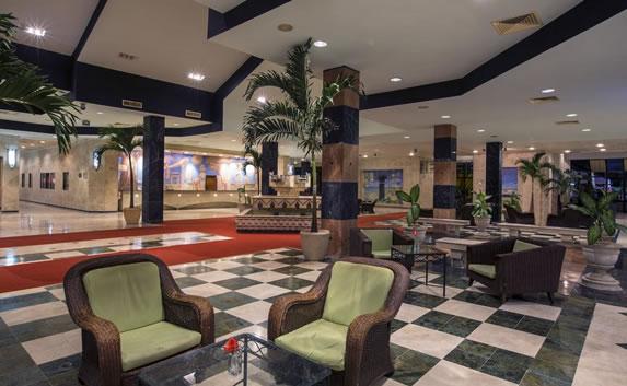 Piso de cuadros en el lobby del hotel