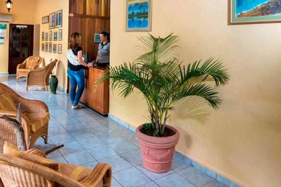 recepcionista en el lobby con mobiliario de madera
