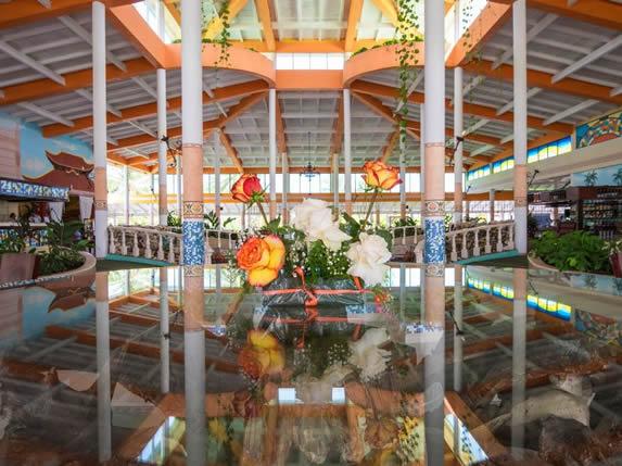 lobby con fuente y vegetación en el interior