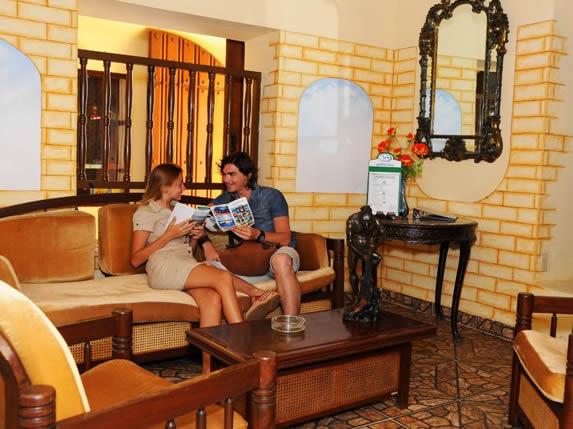 turistas sentados en el lobby